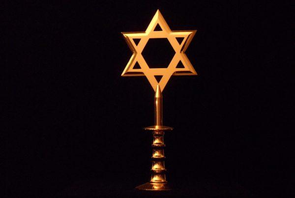 The Adoration De Aanbidding Jewish symbol as fistweapon Joods symbool als vuistwapen Gold plated steel