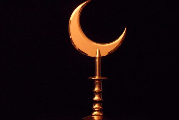 The Adoration De Aanbidding Islam symbol as fistweapon Islam symbool als vuistwapen Gold plated steel